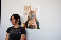 Sabrina Gschwandtner; författare, debattör och konstnär. Ikväll är hon på Gustavsbergs konsthall och berättar om sin medverkan i utställningen Motion Blur. Till höger om henne omslaget till boken Knit Knit. (Foto http://www.knitknit.net/sabrina.html)