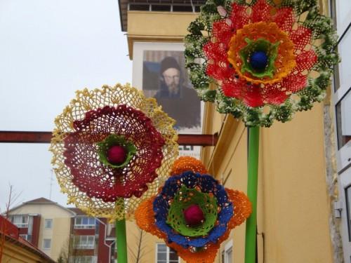 Virkade blommor av Anna-Karin Berglund under den pågående Virkfestivalen i Sala. (Foto