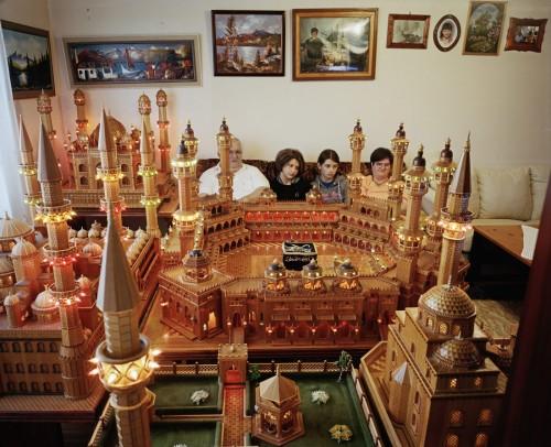 Å jag älskar den här bilden! Där sitter familjen mitt i en gigantisk hemmabyggd modell och...ser på teve. Fantastiskt! Ur utställningen Annan Konst på Göteborgs konstmuseum. (Foto Lars Tunbjörk)