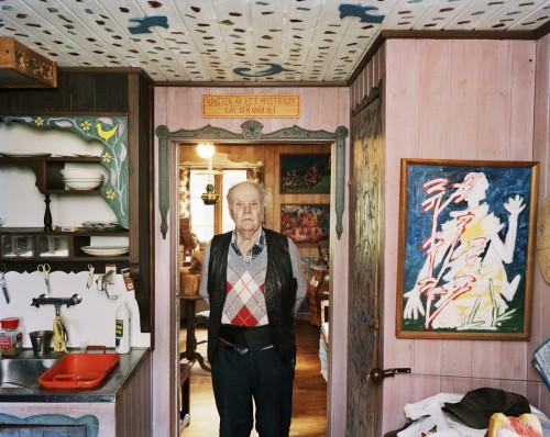 """Och här kommer faktiskt lite inredningstips! Så här fint har Kolle det hemma, notera skylten ovanför dörren, """"Konsten är ett mysterium, låt det vara så. (Foto Lars Tunbjörk)"""
