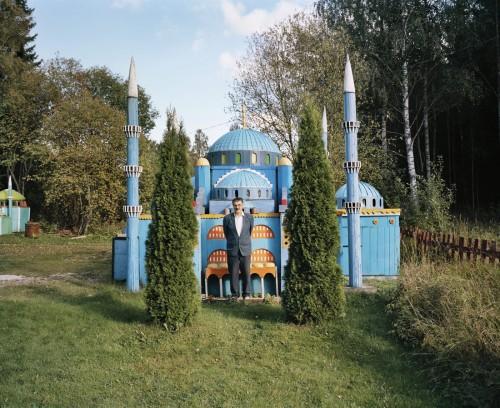 Och den sista fina bilden från Annan Konst - se hur stolt han är! Och med rätta, det är säkert förenat med oerhört mycket jobb att bygga sig en liten moské i trä...bilden ingår i Annan Konst. (Foto Lars Tunbjörk)