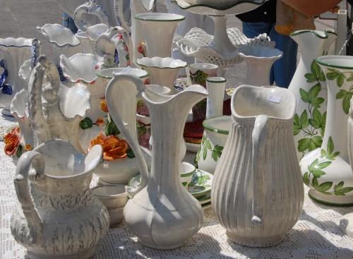 Kannan längst ner till vänster står numera hemma hos oss. Stilarna varierade verkligen bland keramikerna. (Foto Kurbits)