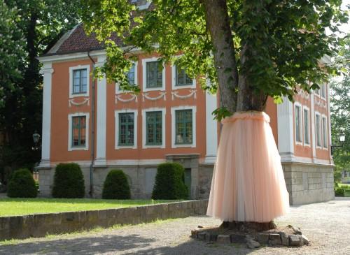 Bea Szenfeldt är aktuell just nu i Lund; utanför Kulturen har hon klätt in sex träd - foto Viveka Ohlsson Kulturen i Lund