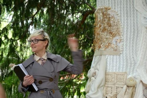 Bea Scenfeldt med sin installation Folkdräktsträditioner. (Foto Viveka Ohlsson Kulturen i Lund)