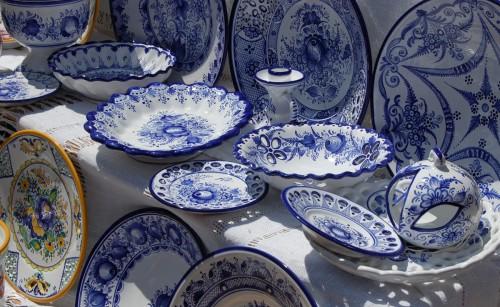 Slovakisk genombruten keramik i traditionella färger. (Foto Kurbits)