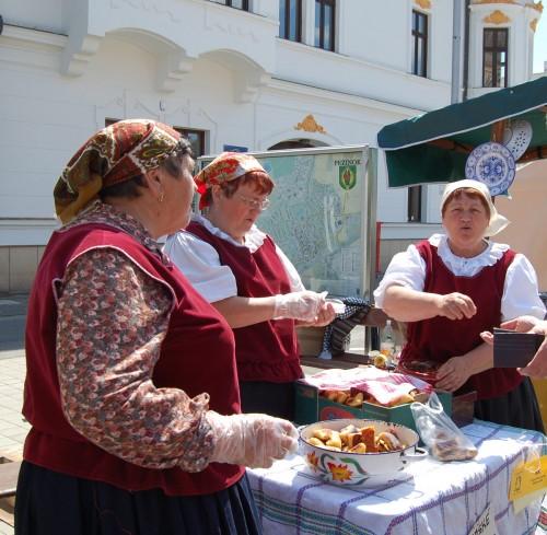 Folkdräkter var ganska vanligt här också. Speciellt när man sålde snacks... (Foto Kurbits)