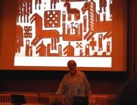 Ulla Oscarsson från Jamtli i Östersund höll ett intressant föredrag om det röda och det blå i textilhistorien. (Foto Kurbits)