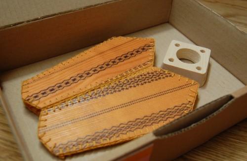 Platt paket. Lampan monteras på medföljande sladd med hjälp av den fyrkantiga trähållaren. (Foto Kurbits)