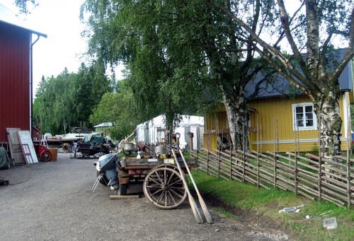 Mitt på gården fanns inte mindre än två partytält med grejor, ett garage och ett skjul fyllt...och ja, så källaren också ja. Megaloppis alltså. (Foto Kurbits)