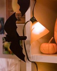 Små fladdermöss på klädnypor blir dekorativt inför Halloweenhelgen...tipset kommer från Martha Stewart förstås. Bilden hämtad från www.marthastewart.com.