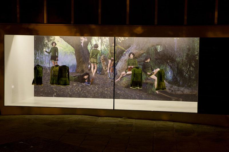 Installationen på Nottingham Visual Arts, med fotot i bakgrunden.