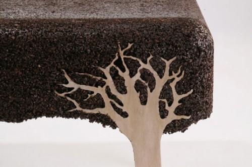 Ett bord av sågspån, någon? Israeliske Yoav Avinoam använder sågspån och kåda i sina möbler. (Foto www.habitat.com)