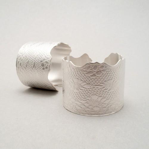 Servettringar i silver med spetsmönster av Klara Eriksson. (Foto Klara Eriksson)