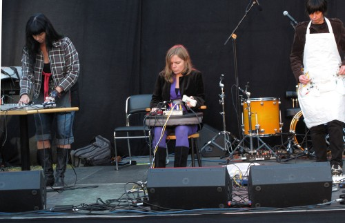 Syntjuntan vid ett uppträdande i Kista. (Foto www.syntjuntan.se)