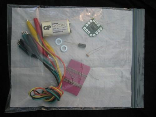 Med dessa komponenter syr du ihop din egen synt på ett huj. Iallafall om du har Syntjuntan till din hjälp. (Foto www.syntjuntan.se)
