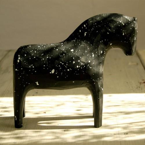 Trähäst av Niklas Karlsson, finns att köpa i hans nya webbshop. (Foto Niklas Karlsson)