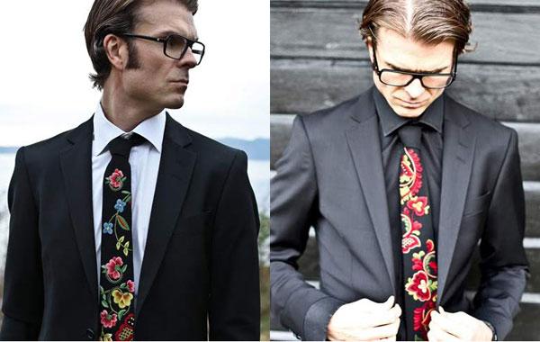 Med folkdräkten på slipsen