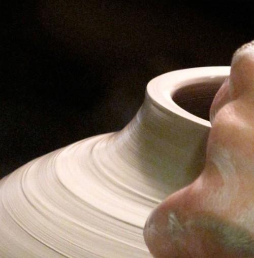 Capellagården har utbildningar i keramik, textil, möbel och inredning samt trädgård. I sommar går det att se examensstudenternas utställning på Borgholms slott. (Foto Capellagården)