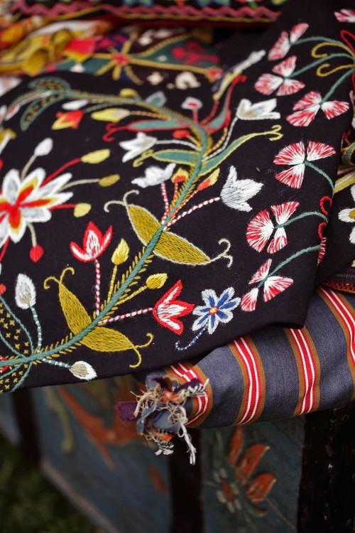 Textilierna förvarades i kistor till vardags och togs fram för att läggas på stolar och bänkar då det skulle vara fest. Ur boken Yllebroderier från Hemslöjdens förlag. (Foto Lucas Gölén)
