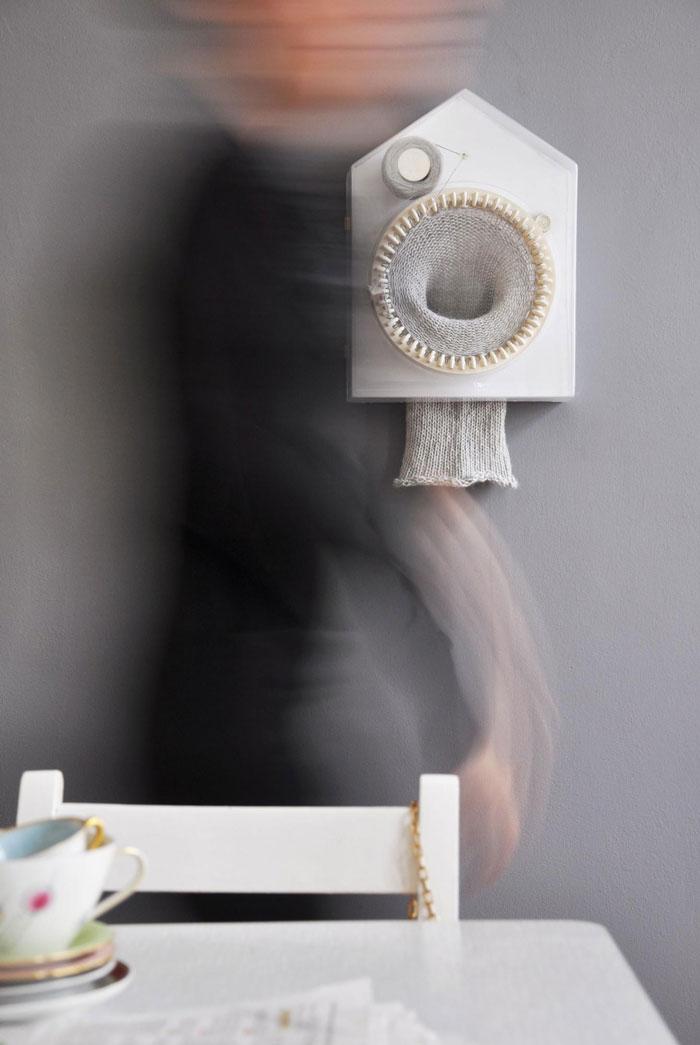 En blandning mellan gökur och stickmaskin - 365 knitting clock av Siren Elise Wilhelmsen. (Foto Miriam Lehnart)