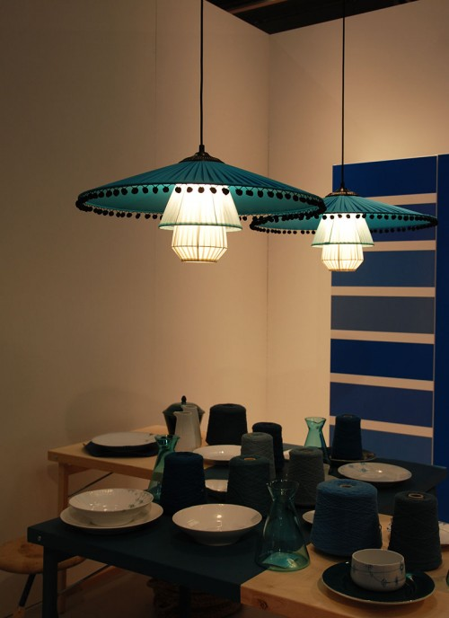 Johan Carpners lampa Luchsia gillar jag, den hängde i en köksutställning av Synnöve Mork. (Foto Kurbits)