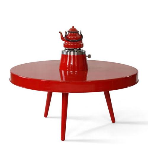 Ett lågt litet bord för stillsam picknick ute i naturen, någon? Fint campingbord från ungerska A+Z Design. (Foto A+Z Design / designtraveller.blogspot.com)