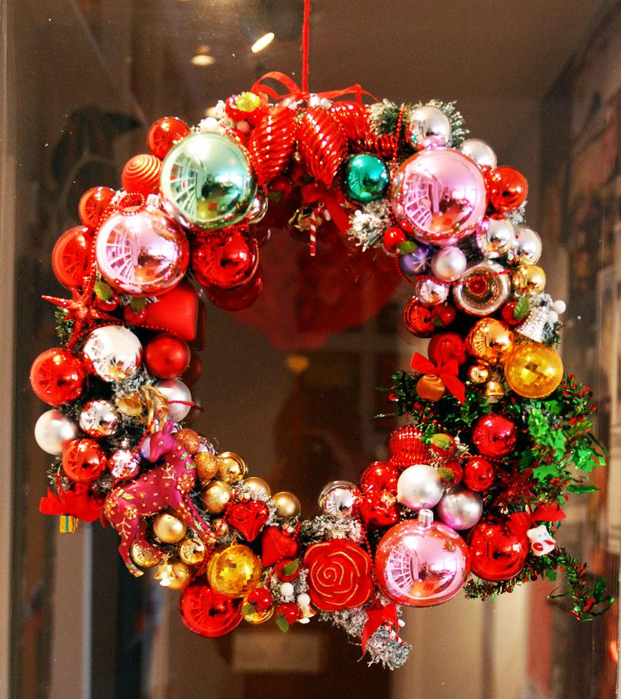 Julkrans deluxe! Med inspiration från bloggen Inspire co har jag gjort en julkrans av gamla julkulor. (Foto Kurbits)