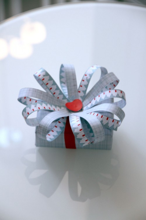 En paketrosett blev det av Jurianne Matters julträd i vinnaren Agnes tappning. (Foto Cosas)