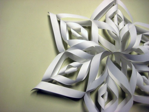 Pappersstjärna att hänga i fönstret. (Foto www.cutoutandkeep.net)