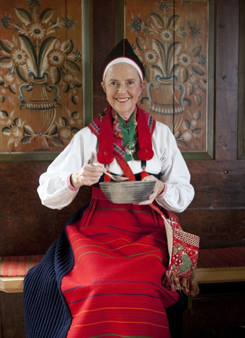 Britt Eklund i sin dräkt från Boda, Dalarna. (Foto Laila Durán, Scandinavian Folklore)
