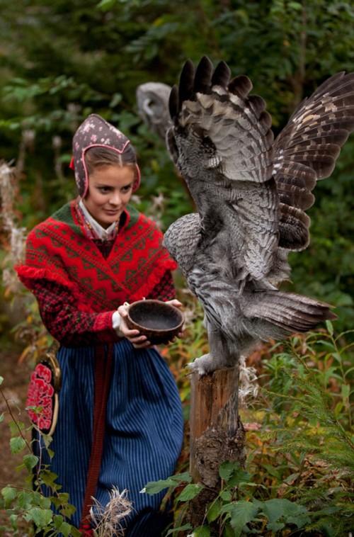 Järvsödräkten och en uggla, dramatisk bild ur Laila Duráns kommande bok Scandinavian Folklore. (Foto Laila Durán)