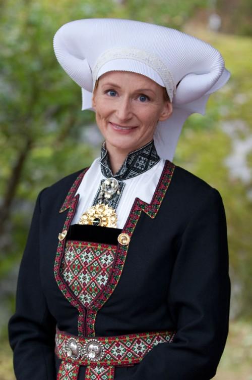 Karaktäristisk hätta för en gift kvinna från en norsk dräkt, Hardanger Folkemuseum. (Foto Laila Durán)
