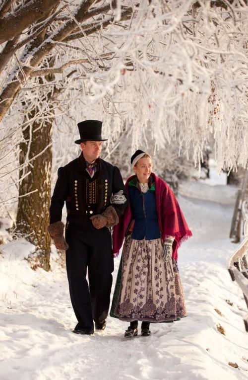 Norska dräkter; mannen bär en dräkt från Valdres, kvinnan en dräkt från Nord-Tröndelag. Dräkterna härstammar från tidigt 1800-tal. (Foto Laila Durán, Scandinavian Folklore)
