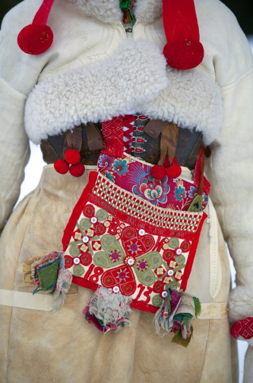 Detalj av en vinterdräkt från Boda, Dalarna. Väskan med intrikata detaljer i ylle, silke och bomull. (Foto Laila Durán, Scandinavian Folklore)