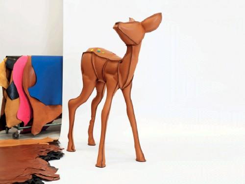 Restprodukter från Hermés klassiska Birkinväska har här förvandlats till en hjort i naturlig storlek. (Foto www.hermes.com)