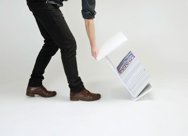 Smarta bordet Dolly, som förvarar dina tidningar, men ändå gör att du kan flytta dem. (Foto www.bjurstrom.com)