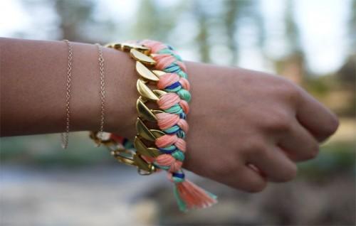 Bloggen Honestly WTF bjuder på en utmärkt DIY-beskrivning av flätade armband. (Foto www.honestlywtf.com)
