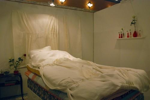 Vacker säng av Malin Åkerblom; så fin idé att skapa liv och tredimensionalitet på oväntat ställe, sängen. (Foto Kurbits)