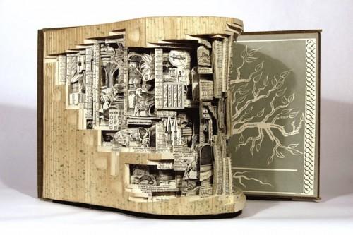 Surrealistisk bokkonst från Brian Dettmer. (Foto http://honestlywtf.com)