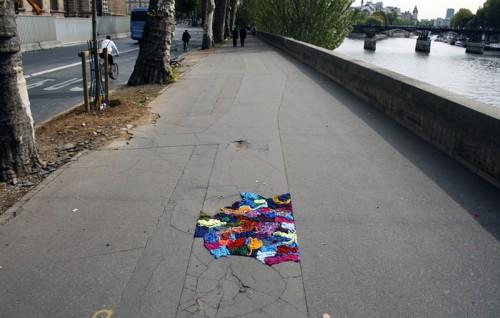 På Paris gator kan man hitta Juliana Santacruz Herreras stillsamma garninstallationer, hon har fyllt igen gatornas håligheter med garn. (Foto Juliana Santacruz Herreras@Flickr)