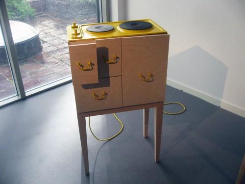 Intressant tankeexperiment - behöver vi verkligen ett rum för köket? Kan man inkorporera kökets alla funktioner i lägenhetens andra delar? Julia Schollin. (Foto Kurbits)