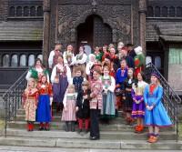 Medverkande i Laila Duráns bok Scandinavian Folklore bar som sig bör folkdräkt vid bokens lansering igår. (Foto Kurbits)