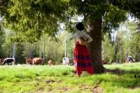 Miljöerna är ofta iscensatta med humor och känsla och visar främst upp naturen och den traditionella miljön för dräkten. Här en vallkulla från Boda. (Foto Laila Durán)