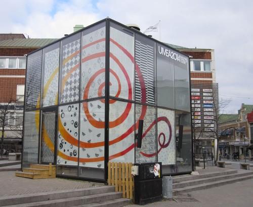 I Glashuset i Umeå förbereder stadens förenings- och kulturliv sig inför Kulturhuvudstadsåret 2014. Den här veckan är det Textilmejeriet som intagit glaskuben. (Foto Textilmejeriet)