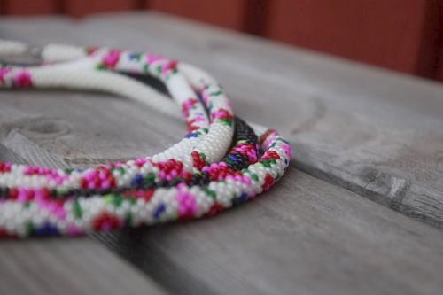 Virkade pärlhalsband med allmogeinspiration. (Foto Den lilla blå byrån)