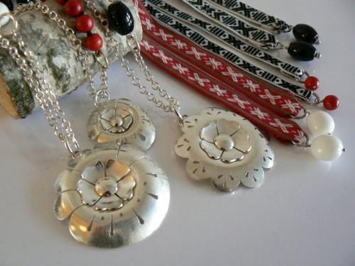 Smycken med allmogeinspiration, från Susanne Burelo. (Foto http://susanneburelo.com)