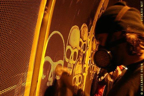 Reverse graffiti-taggaren Alexandre Orion in action med skurtrasa och svamp. (Foto Gilberto Topcewski)