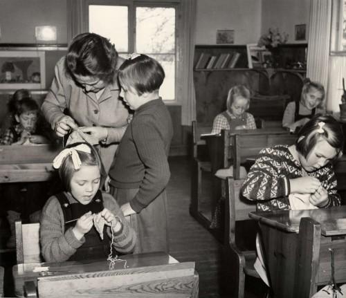 Lektion i textilslöjd, Löddby folkskola i Uppland, okänt årtal. Var med i Nordiska museets utställning om skolslöjd, skicka in dina slöjdade saker eller berättelser. (Foto Karl Heinz Hernried, Nordiska museet)