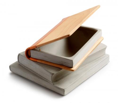 Tove Admans fascination för betong består, här mixat med trä förvisso. Lurig boklåda. (Foto Tove Adman)