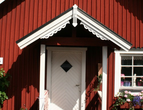 Snickarglädjen Love Birds ger din röda lilla stuga rätt allmogetouch i ett huj. (Foto Lillemor Kax)